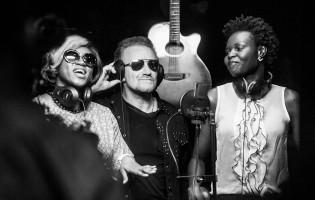 Wie die von U2-Sänger Bono mitgegründete Organisation für das Ende extremer Armut kämpft