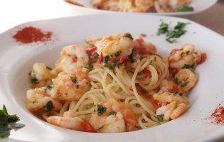 Spaghetti mit Garnelen, Cocktailtomaten und Chili