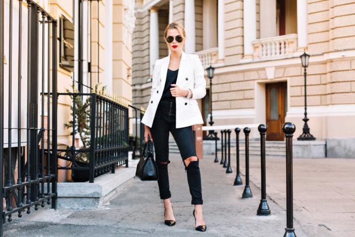 Dark Denim ist zurück! Doch wie stylt man den Mode-Trend?