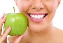 Von Kokosöl bis Kurkuma: Drei Tipps für strahlend weisse Zähne