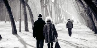 Bei der Auswahl von Seniorenbekleidung gilt es neben dem Design auch zahlreiche praktische Gesichtspunkte zu beachten.