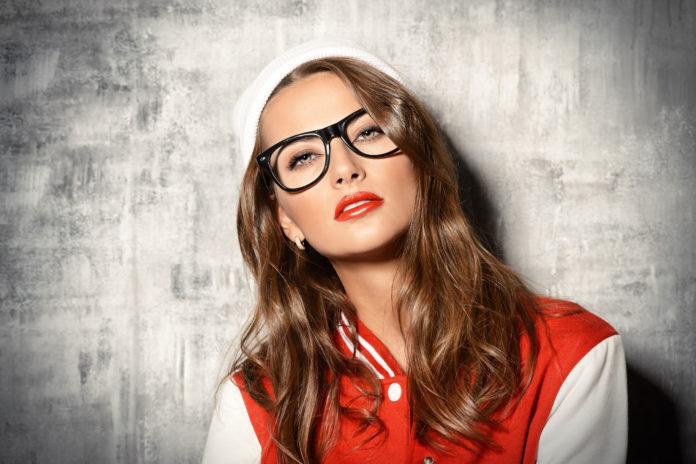 Diese Schminktipps für Brillenträgerinnen sind einfach genial