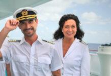 """Als Hoteldirektorin Hanna Liebhold steht Barbara Wussow bei """"Das Traumschiff"""" unter anderem mit Florian Silbereisen (l.) vor der Kamera."""