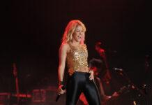 So kannten ihre Fans sie: Sängerin Shakira mit blonder Lockenmähe