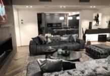 Der großzügige Wohnbereich mit Blick auf die offene Küche ist nur eines von vielen Highlights.