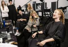 Heidi und ihre Models beim Umstyling: Ist es ein erleichtertes oder ein verzweifeltes Lachen?