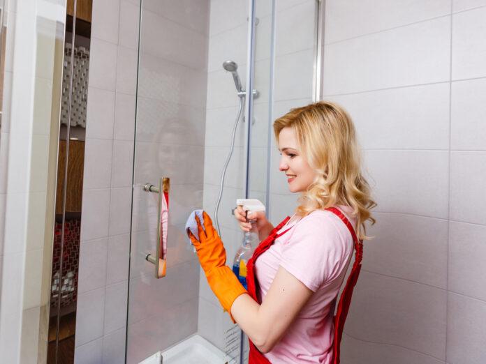 In der Duschkabine entstehen leicht Schimmel und Kalkablagerungen.