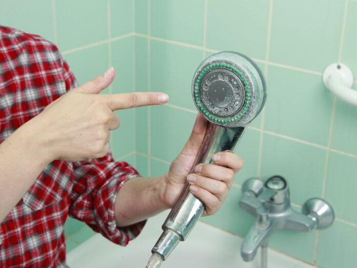 Kalkablagerungen können den Duschkopf funktionsunfähig machen.