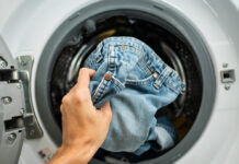 Vollwaschmittel oder Weichspüler sind beim Waschen von Jeanshosen weniger geeignet.