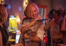 """In der neuen """"Ku'damm""""-Staffel trägt Emilia Schüle als Eva Fassbender einen platinblonden Bob."""