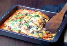Die Zucchini-Aubergine-Lasagne entsteht komplett auf einem tiefen Blech oder in einer Auflaufform.
