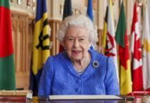 Queen Elizabeth II. unterzeichnet am Tag nach dem explosiven Interview von Prinz Harry und Herzogin Meghan eine Nachricht zum Commonwealth Day.