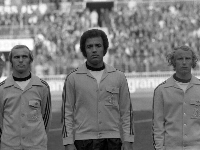 Erwin Kostedde (Mitte) debütierte 1974 als erster Schwarzer Spieler in der Nationalmannschaft
