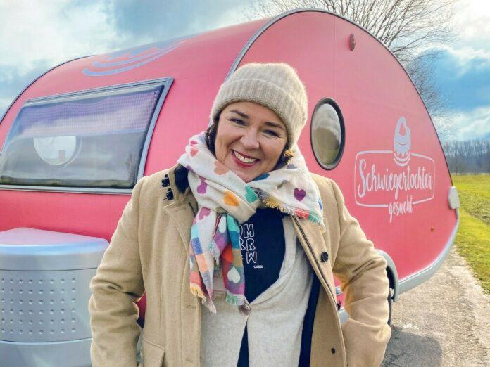 Vera Int-Veen will 2021 erneut Single-Männern zum Liebesglück verhelfen - und besucht sie mit ihrem kleinen pinkfarbenen Wohnwagen.