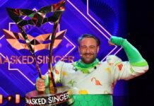 """Der vierte """"The Masked Singer"""" heißt Sasha. Er steckte unter dem Dino-Kostüm."""