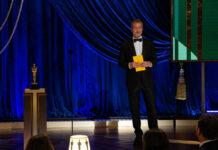 Brad Pitt auf der Bühne der 93. Oscarverleihung.