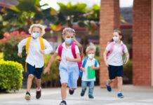 Für viele Kleinkinder ist ein Leben mit dem Coronavirus inzwischen Normalität.