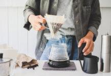 Zwei Lagen Küchenpapier können einen Kaffeefilter im Notfall ersetzen.