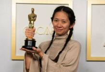 Chloé Zhao mit ihrem Regie-Oscar.