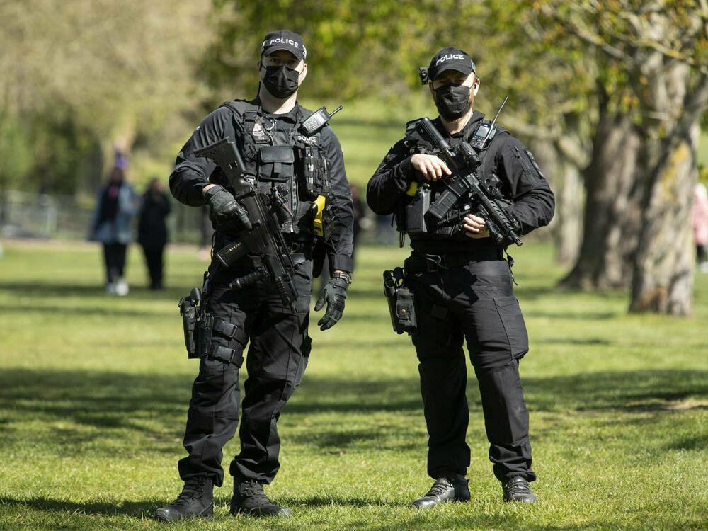 Prinz-Philips-Beerdigung-Bewaffnete-Polizisten-sichern-das-Schloss