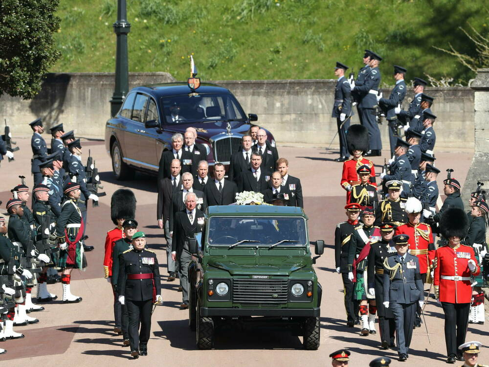 Prinz-Philip-Kinder-und-Enkel-begleiten-kurze-Prozession