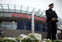 Nach dem Amoklauf 2016 im und am Olympia-Einkaufszentrum in München zeigten Menschen ihre Anteilnahme mit Kerzen und Blumen.