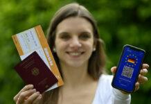 Ein Smartphone mit digitalem europäischen Impfpass für deutsche Staatsbürger könnte das Reisen erleichtern.