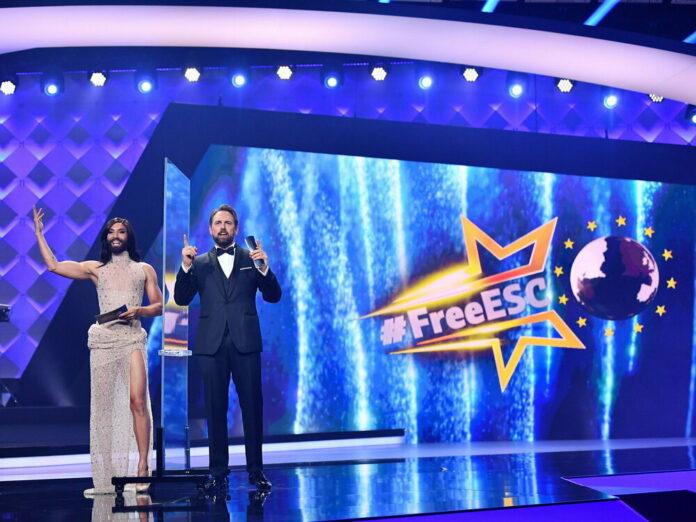 Conchita Wurst (l.) und Steven Gätjen präsentieren den Free ESC 2021.