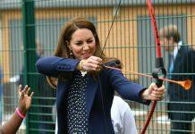 Herzogin Kate zeigt ihr Talent beim Bogenschießen.