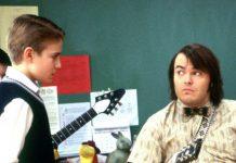 """Szenen in """"School of Rock"""" (2003): Dewey Finn (Jack Black) zeigt Freddy (Kevin Clark) das Schlagzeugerspielen."""
