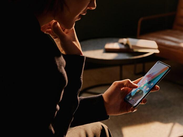 Das Oppo Find x3 Pro liegt gut in der Hand und brilliert mit seinem farbenfrohen und scharfen Display.