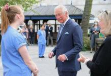 Prinz Charles im Gespräch mit einer Krankenschwester des St Bartholomew's Hospital.