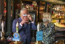Prinz Charles genießt ein Bier