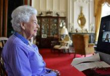 """Queen Elizabeth II. im Videochat mit Vertretern der Organisation """"Royal Life Saving Society""""."""