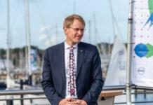 Ministerpräsident Daniel Günther macht die Beherbergungsbetriebe in Schleswig-Holstein auf