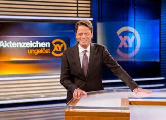 """""""Aktenzeichen XY... ungelöst"""": Moderator Rudi Cerne im Studio."""
