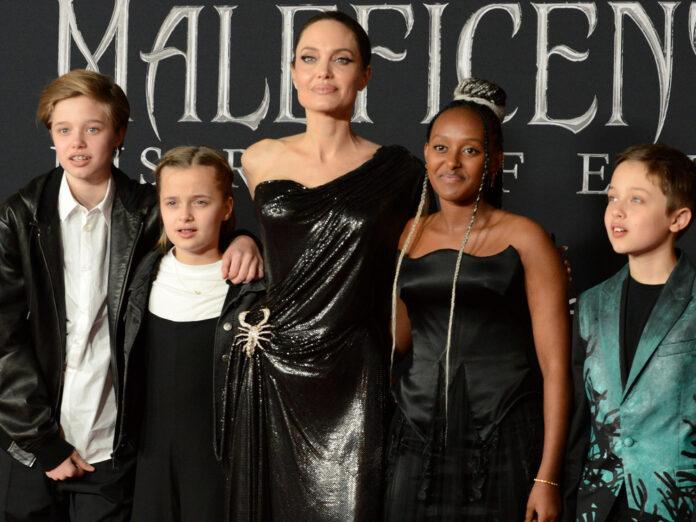 Angelina Jolie mit vier ihrer sechs Kinder bei einem gemeinsamen Auftritt.