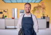 """Jan Böhmermann in der Küche von seiner neuen Show """"Böhmi brutzelt""""."""