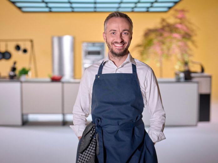 Jan Böhmermann in der Küche von seiner neuen Show