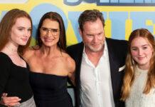 Schauspielerin Brooke Shields und Ehemann Chris Henchy und ihre Töchter Rowan (r.) und Grier auf dem roten Teppich.