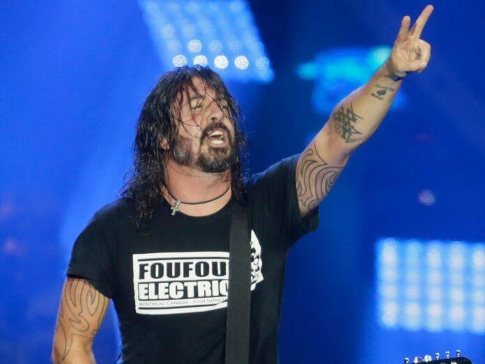 Sänger Dave Grohl freut sich mit den Foo Fighters über ein volles Haus.