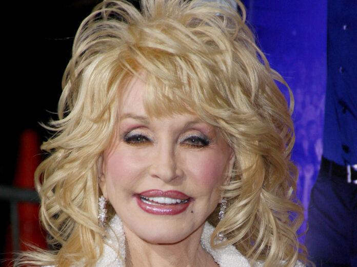 So sieht Dolly Parton auf dem roten Teppich aus - und wenn sie ins Bett geht.
