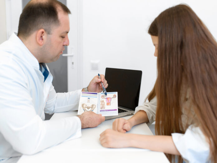 Die Vorsorge gegen Gebärmutterhalskrebs sollte spätestens ab einem Alter von 18 Jahren beginnen.