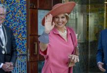 Königin Máxima der Niederlande von oben bis unten in Pink.