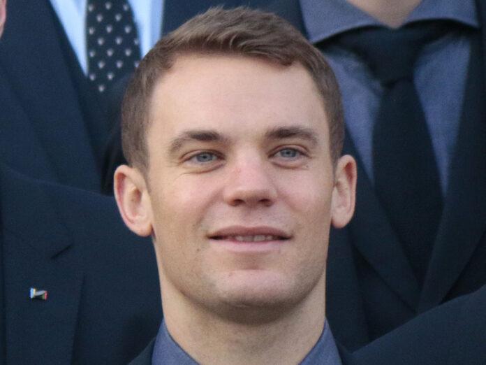 Nationaltorwart Manuel Neuer und die A-Mannschaftskollegen gratulieren den U21-Europameistern.