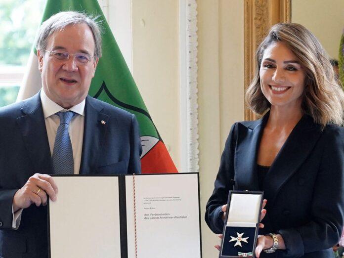 Armin Laschet und Nazan Eckes bei der Verleihung des Verdienstordens des Landes Nordrhein-Westfalen