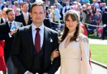 """Patrick J. Adams und Troian Bellisario auf der Hochzeit seiner ehemaligen """"Suits""""-Kollegin Herzogin Meghan mit Prinz Harry."""