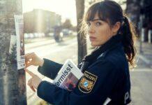 """""""Polizeiruf 110: Frau Schrödingers Katze"""": Polizistin Bessie (Verena Altenberger) hängt Katzensteckbriefe auf."""
