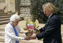 """Queen Elizabeth II. bekam die """"Duke of Edinburgh""""-Rose überreicht."""