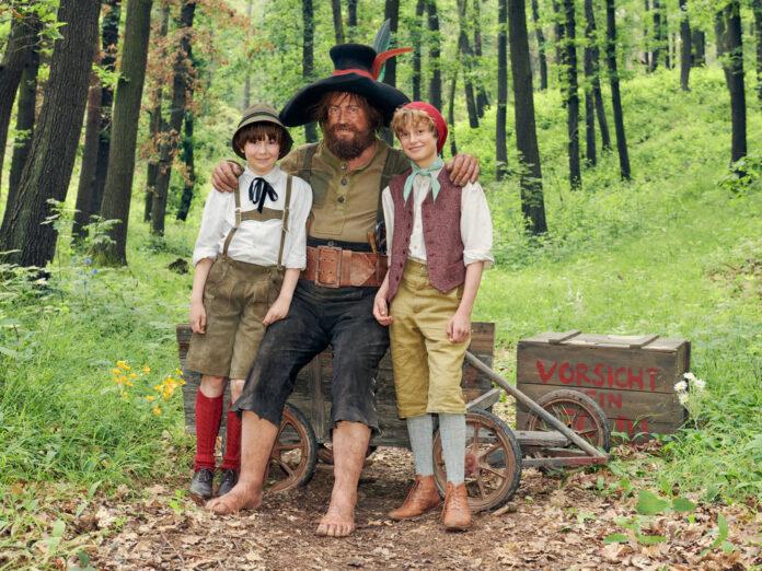 Nicholas Ofczarek als Räuber Hotzenplotz mit Kasperl (Hans Marquardt